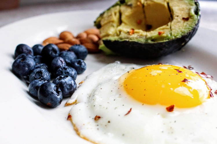 Breakfast with egg and blueberries.
