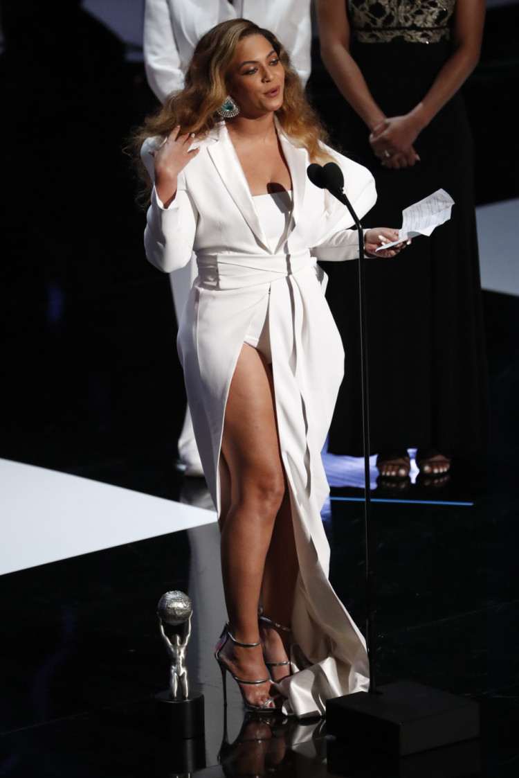 Beyonce reacts after winning the entertainer of the year award