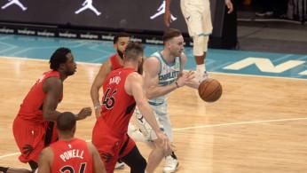 Charlotte Hornets guard forward Gordon Hayward (20) breaks through the Toronto Raptors defense